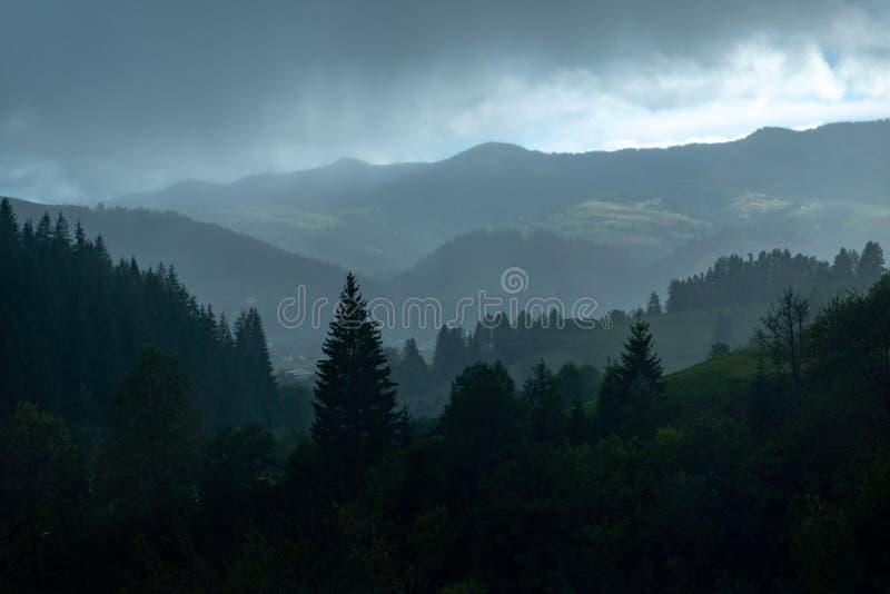 Moln fördelade över berget Carpathians Ukraina royaltyfria foton