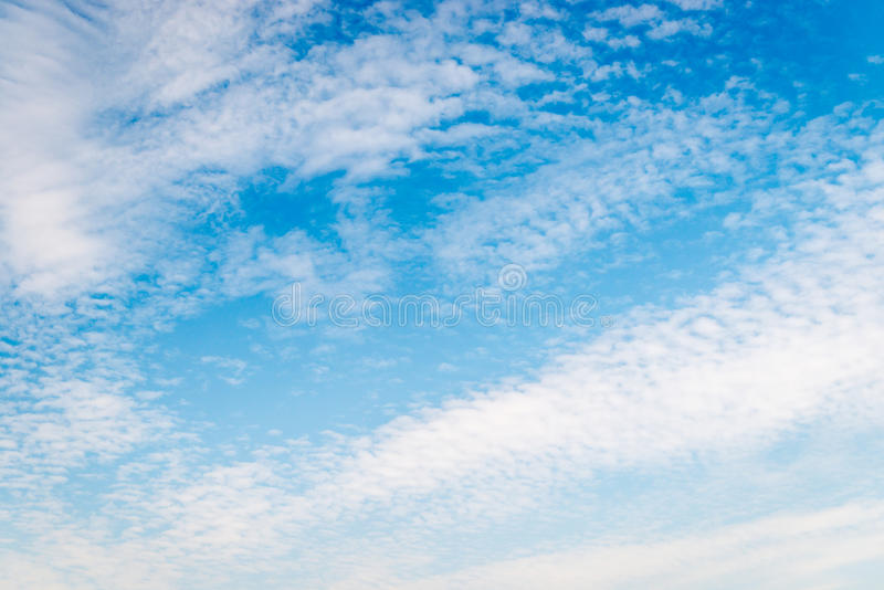 Moln, härlig bakgrund eller samkopiering fotografering för bildbyråer