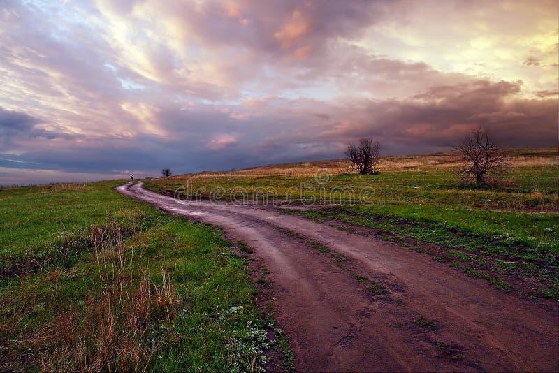Moln himmel, väg till molnen Kurdyum by, Saratov region Ryssland arkivfoton
