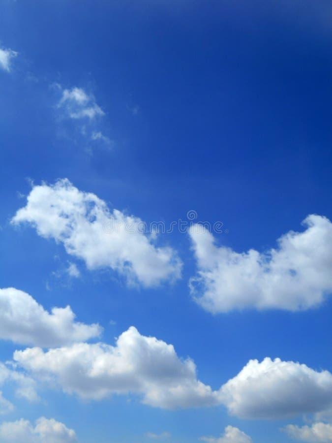 Moln i bakgrunden för blå himmel arkivbilder