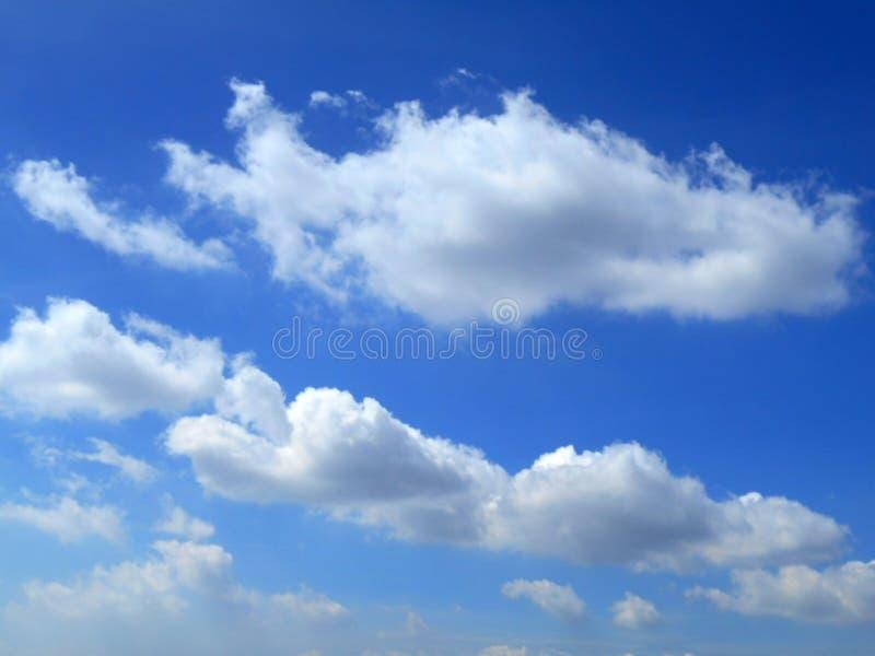 Moln i bakgrunden för blå himmel royaltyfria bilder
