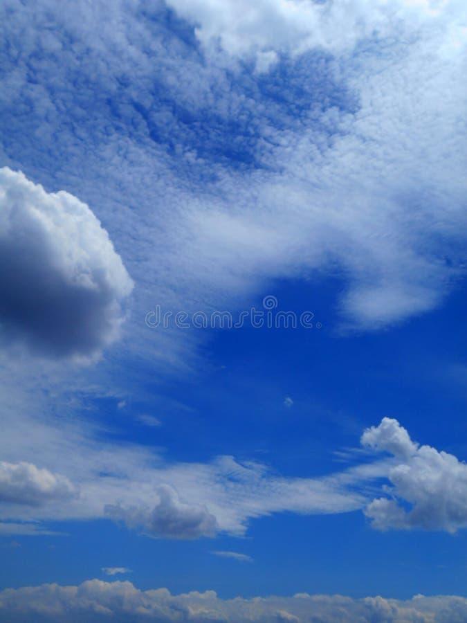 Moln i bakgrunden för blå himmel royaltyfri fotografi