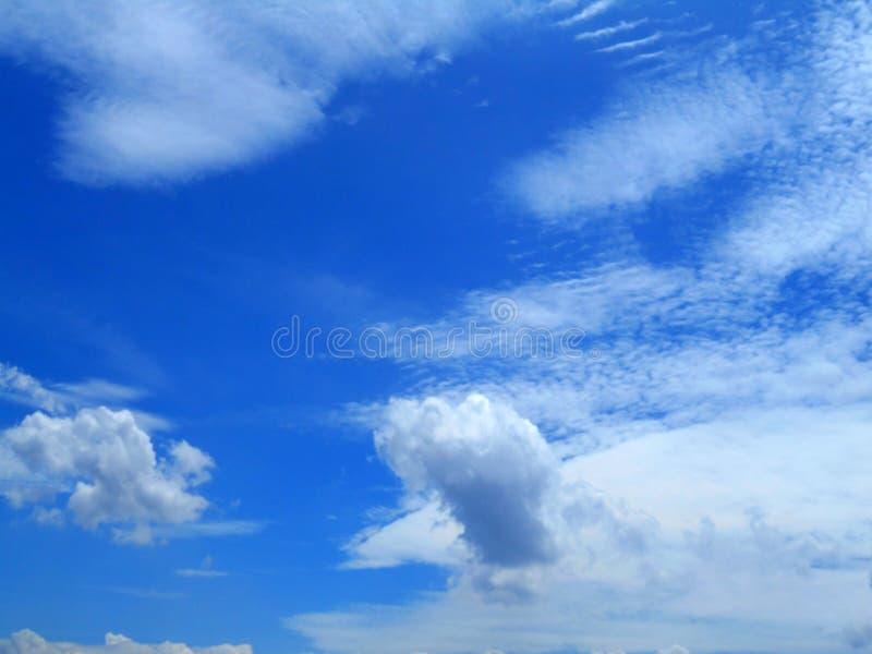 Moln i bakgrunden för blå himmel royaltyfri bild