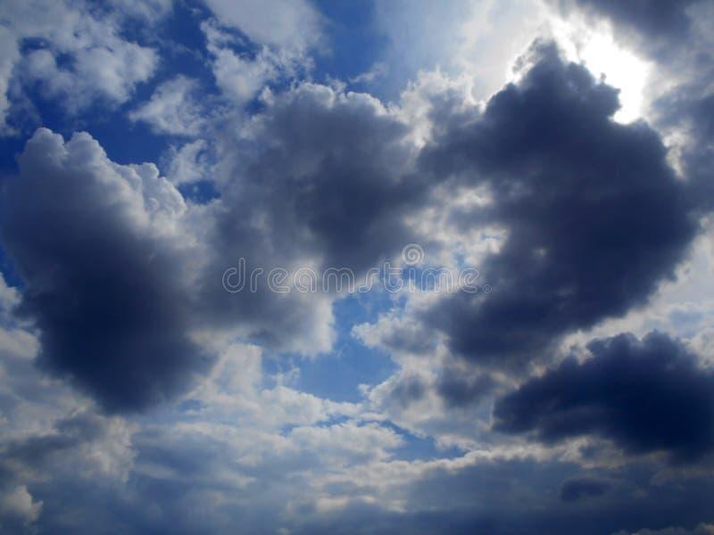 Moln i bakgrunden för blå himmel royaltyfria foton
