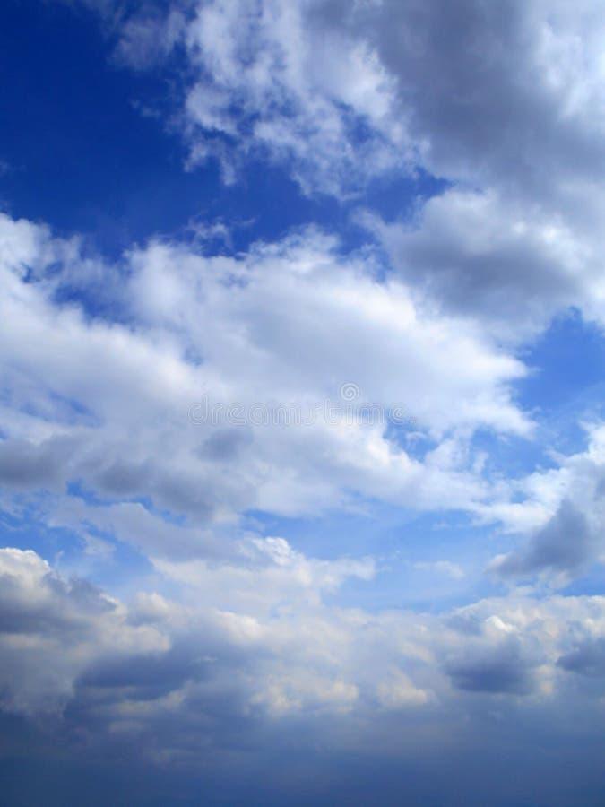 Moln i bakgrunden för blå himmel arkivfoto
