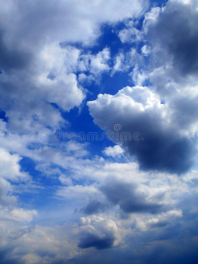 Moln i bakgrunden för blå himmel royaltyfri foto