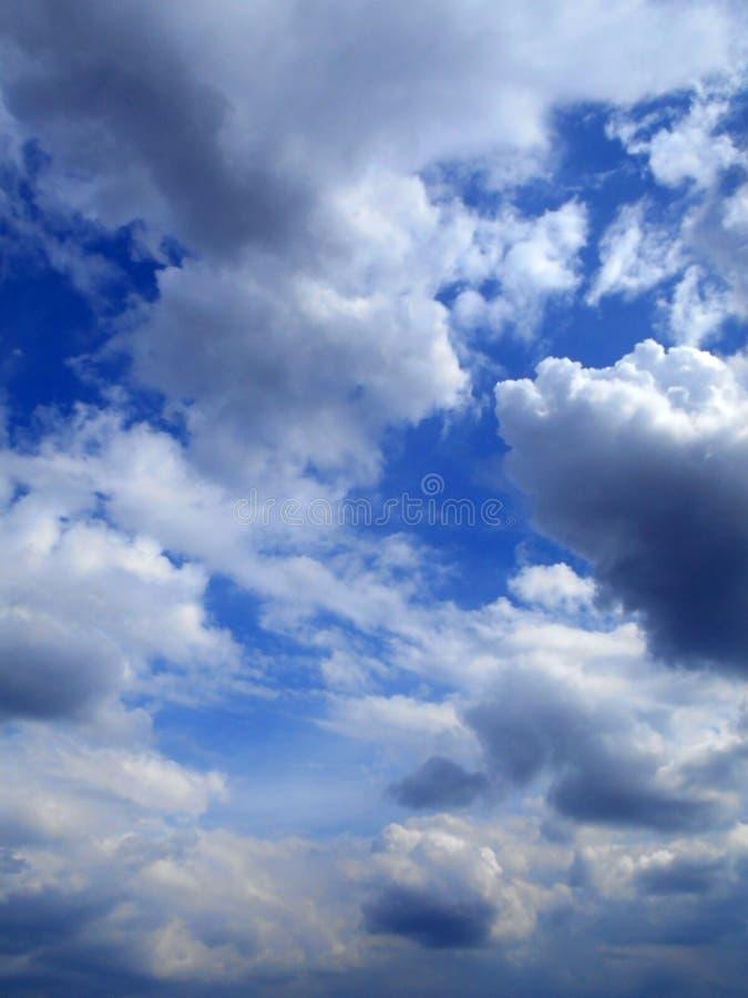 Moln i bakgrunden för blå himmel arkivbild