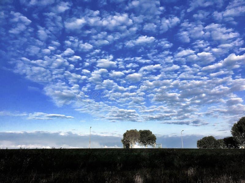 Moln i blå himmel över i Zeewolde royaltyfria bilder