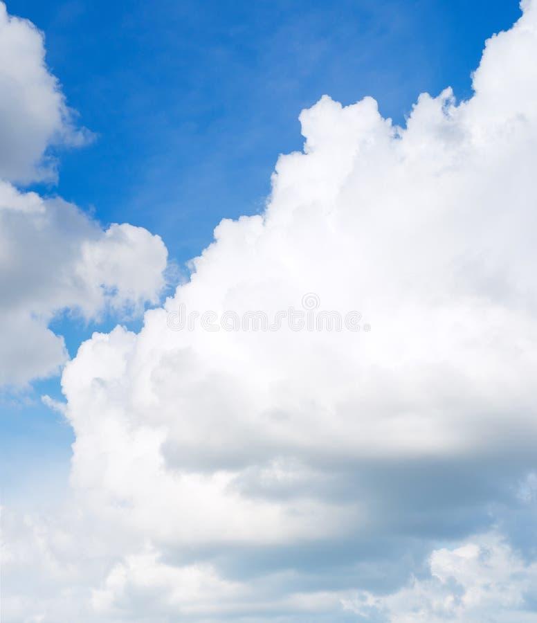 Moln i blåttsky fotografering för bildbyråer
