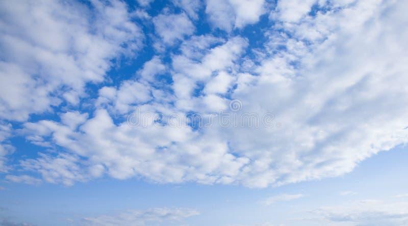 Moln i blåttsky arkivfoton