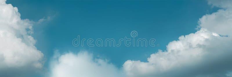Moln i den bl?a himlen p? Sunny Day, naturlandskap med ett bra v?der Se upp skottet Långt och brett arkivbild