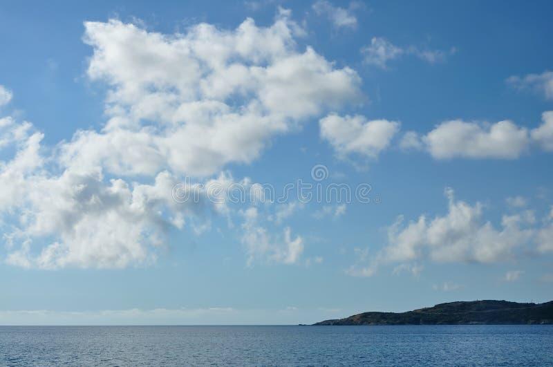 Moln i himlen ovanför havet arkivbild