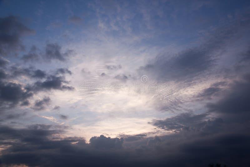 Moln i regnig säsong för skymning royaltyfri fotografi