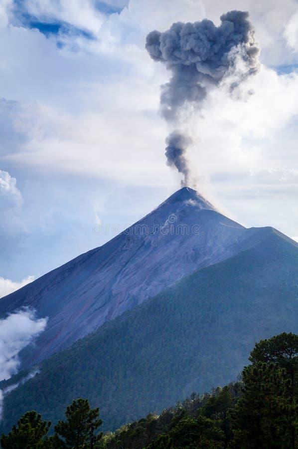 Moln och askablandning tillsammans, som Volcano Fuego får utbrott vid dagsljus arkivbilder