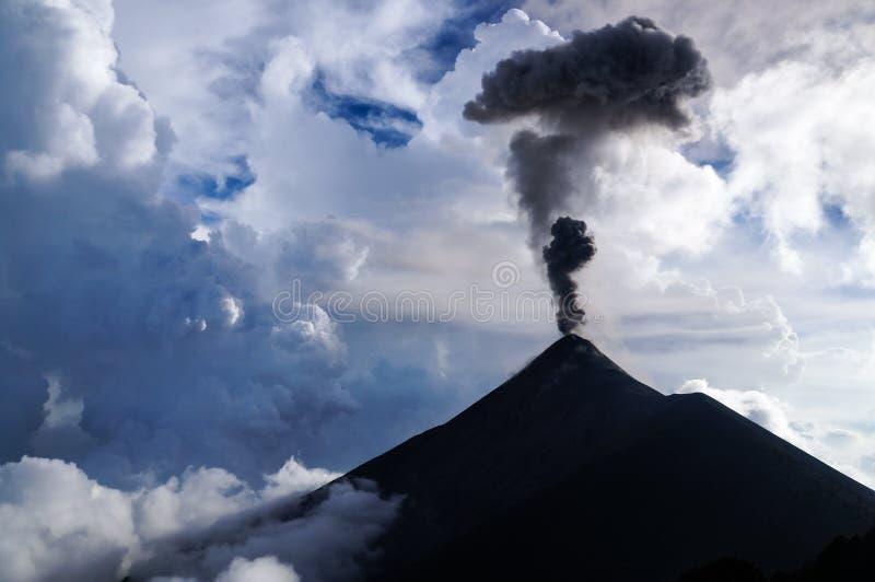 Moln och askablandning tillsammans, som Volcano Fuego får utbrott vid dagsljus arkivfoton