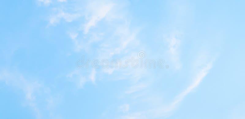Moln och blå himmel gör sammandrag naturlig bakgrund fotografering för bildbyråer