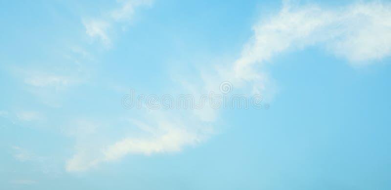 Moln och blå himmel gör sammandrag naturlig bakgrund arkivbild