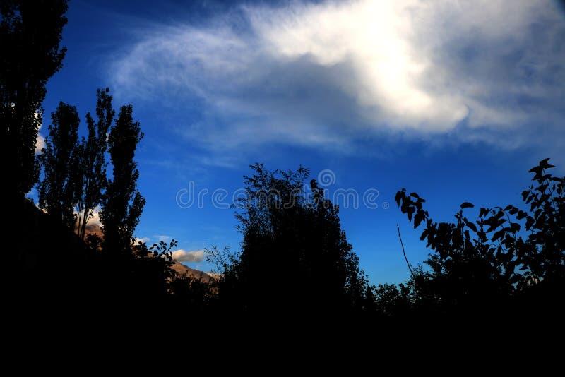 Moln och blå himmel   Skrivbords- bakgrunder arkivfoto