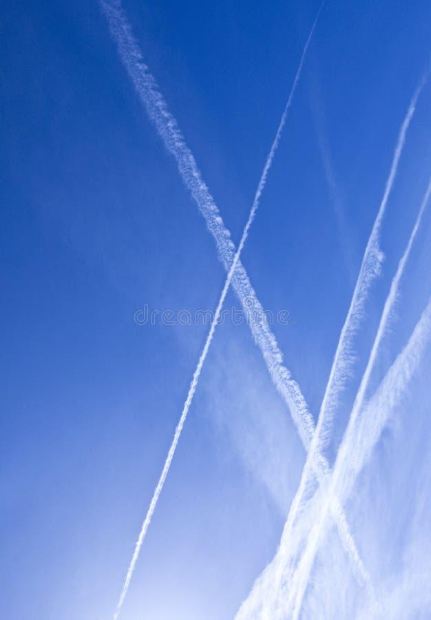 Moln och dunster på blå himmel royaltyfria bilder