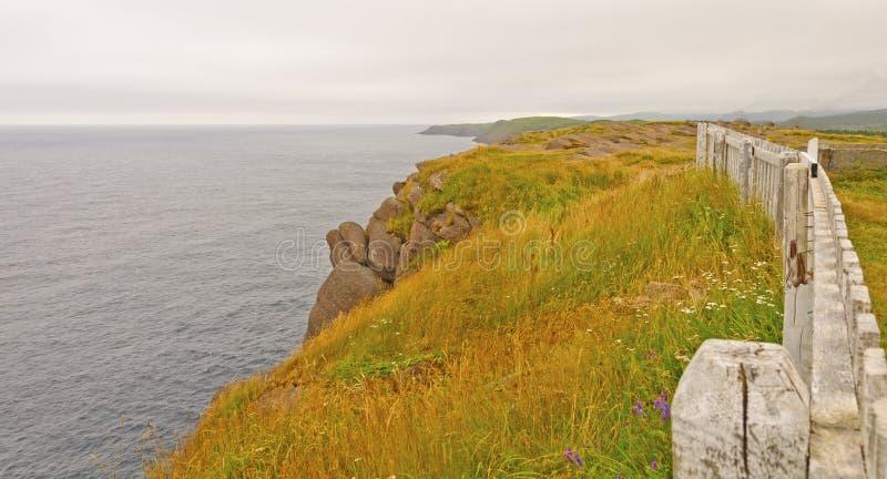 Moln och färger på en kust- klippa royaltyfria bilder