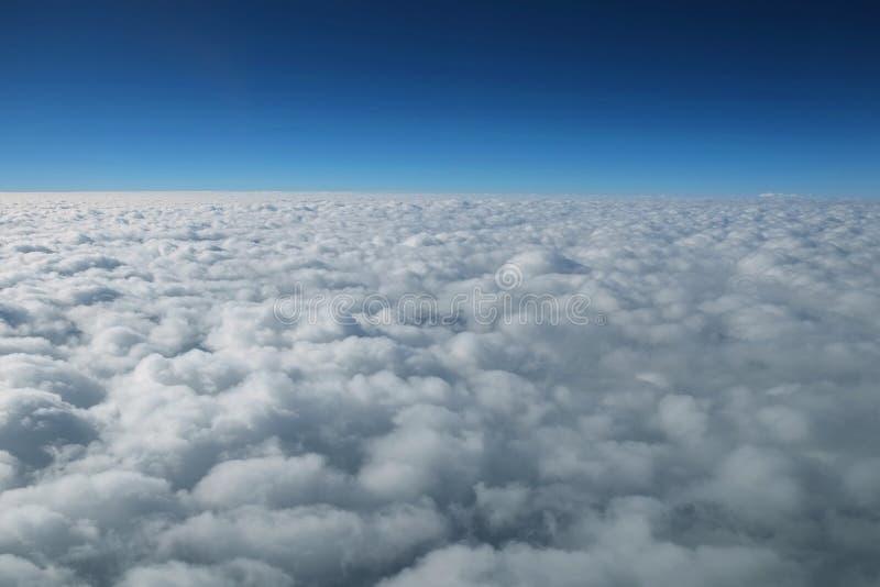 Moln och horisont arkivbilder