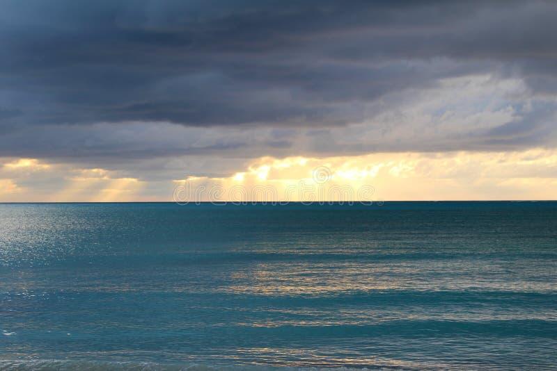 Moln och ljus av solnedgången Long Island Bahamas royaltyfria foton