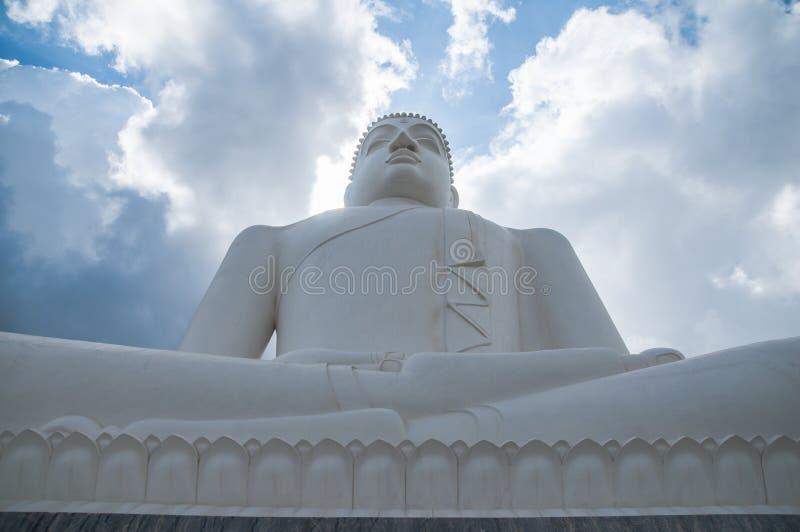Moln och Samadhi Buddhastaty på Kurunegala, Sri Lanka arkivbild