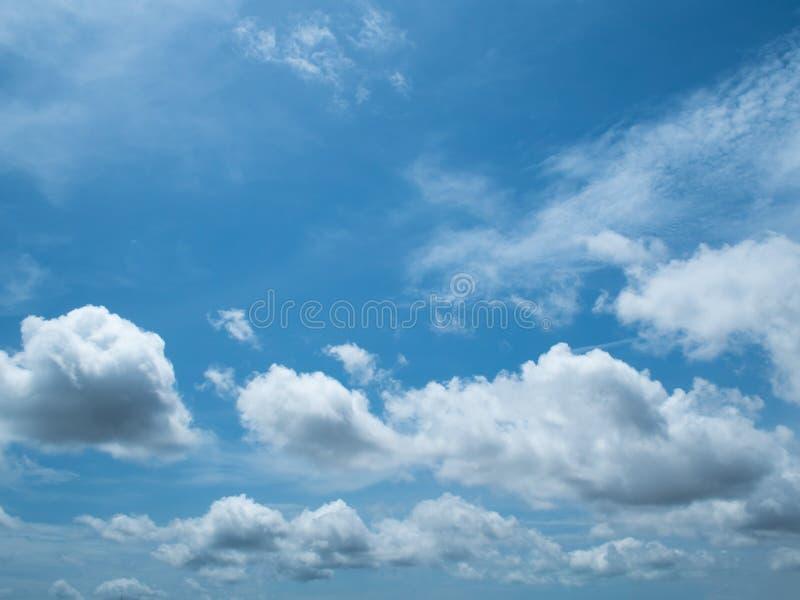 Moln och sky Unikt härligt vitt moln för perspektiv i blå himmel arkivfoton
