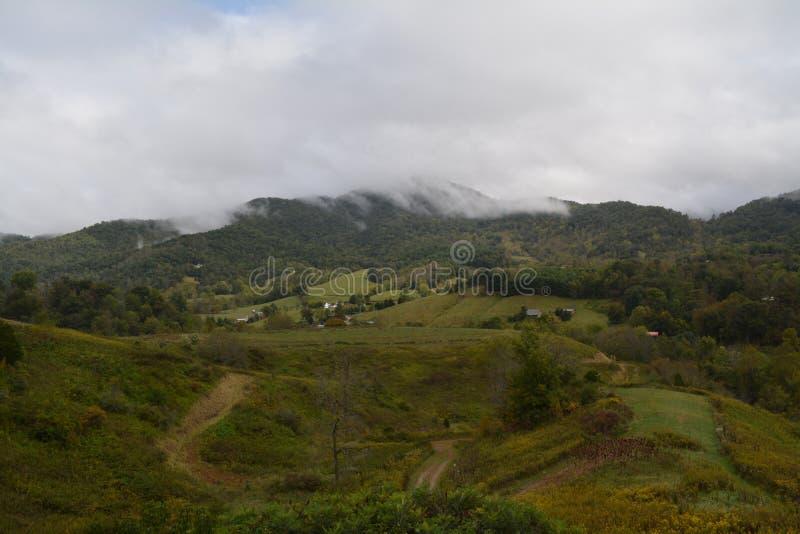Moln och sol över berglandskapet royaltyfria bilder