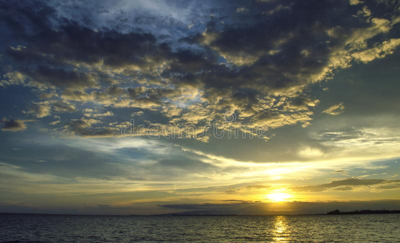 Moln och solnedgångar på stranden arkivbilder