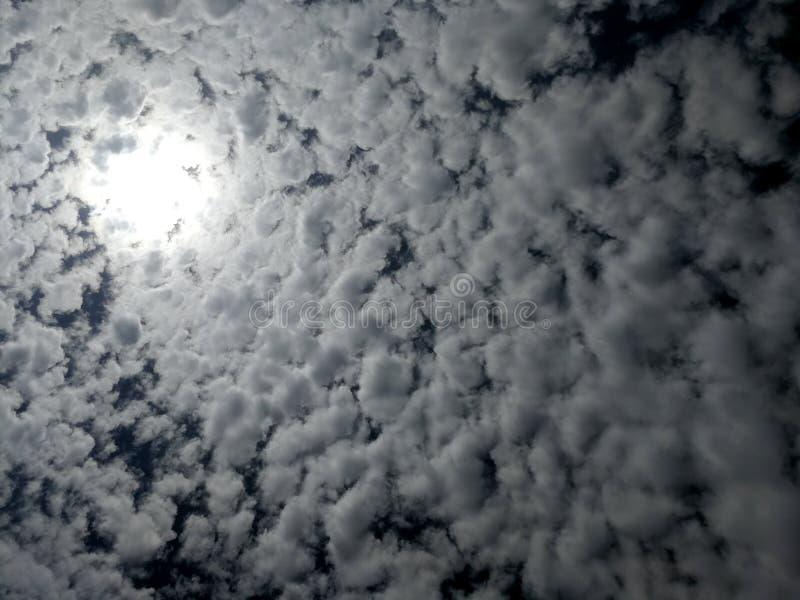 Moln och solstråle i himlen royaltyfria foton