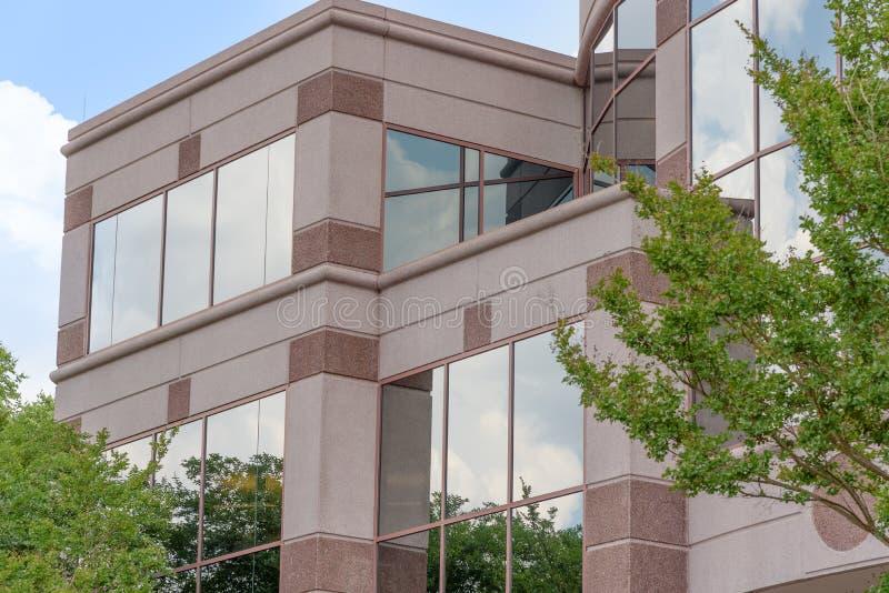 Moln och trädreflexion på företags byggnad royaltyfria foton