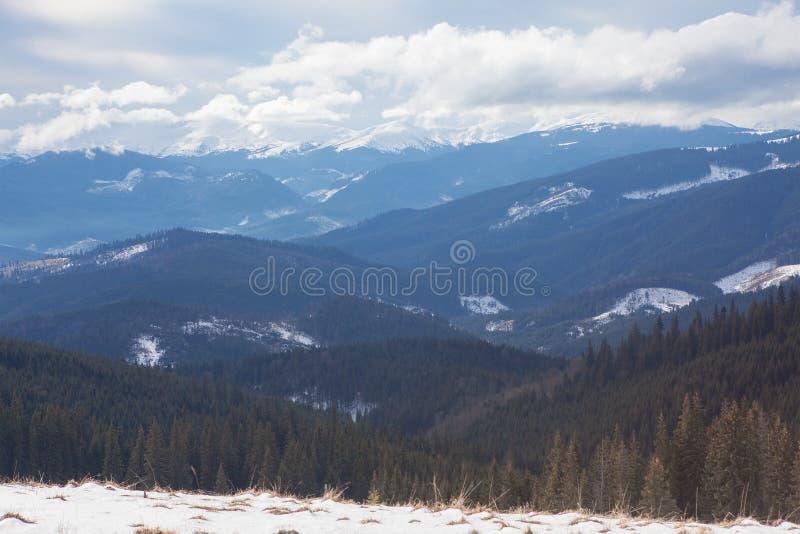 Moln ovanför berg fotografering för bildbyråer