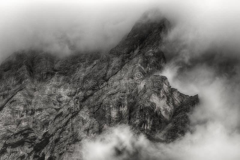 Moln på överkanten av berget royaltyfria bilder