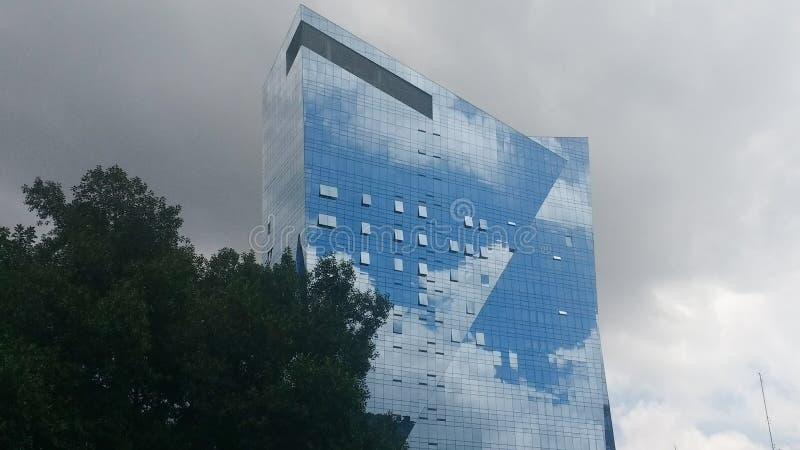 Moln på byggnaden arkivfoto