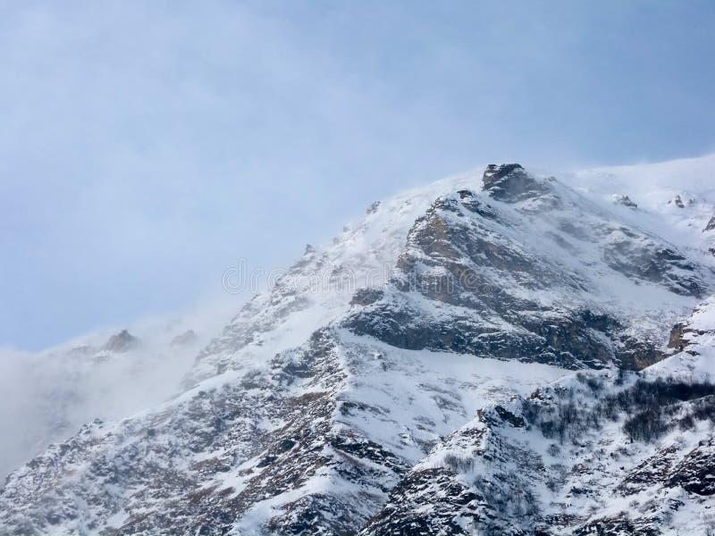Moln på det snöig maximumet royaltyfri foto