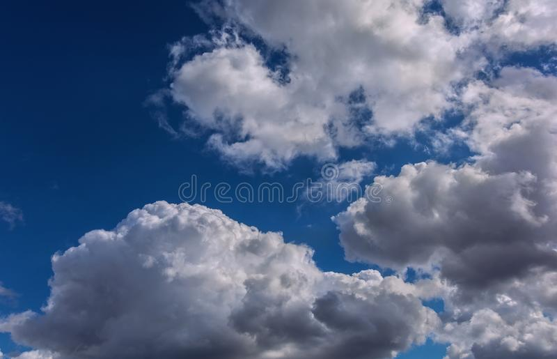 Moln på en blå sommarhimmel Härlig sky arkivfoto