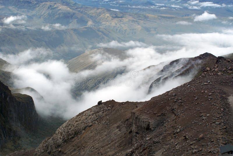 Moln på ett ensamt landskap på den Cayambe vulkan royaltyfri bild