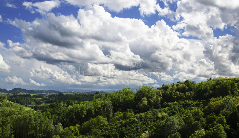 Moln på kullarna arkivbild