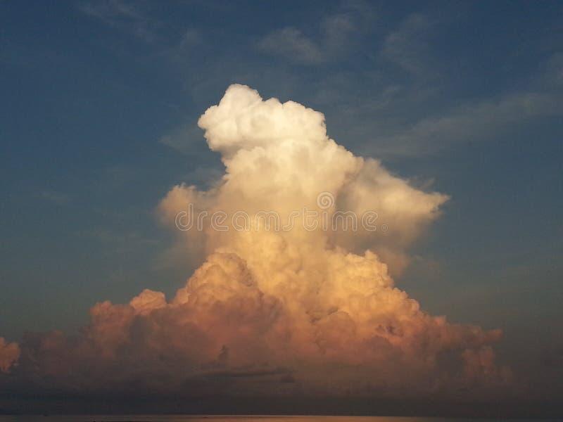 Moln på skymning arkivfoto