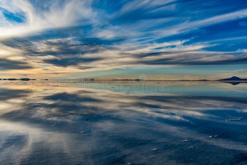 Moln på Uyunien Saltflats arkivbilder