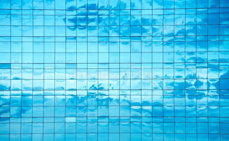 Moln reflekterade i fönster royaltyfria bilder