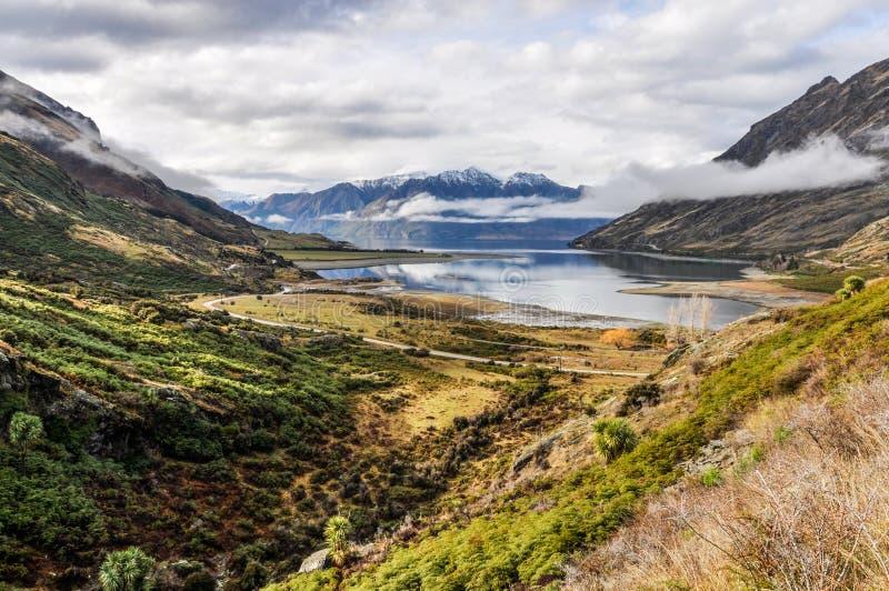 Moln som lågt ligger nära Wanaka i sydliga sjöar, Nya Zeeland royaltyfri fotografi
