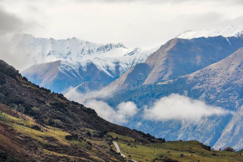 Moln som lågt ligger nära Wanaka i sydliga sjöar, Nya Zeeland royaltyfria foton