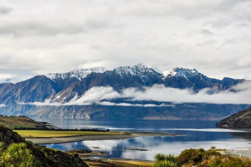 Moln som lågt ligger nära Wanaka i sydliga sjöar, Nya Zeeland arkivbild
