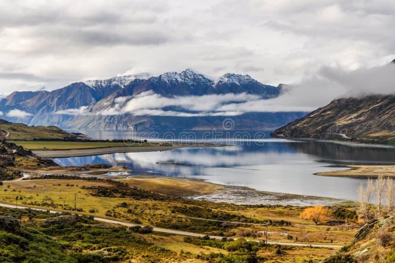 Moln som lågt ligger nära Wanaka i sydliga sjöar, Nya Zeeland royaltyfri foto