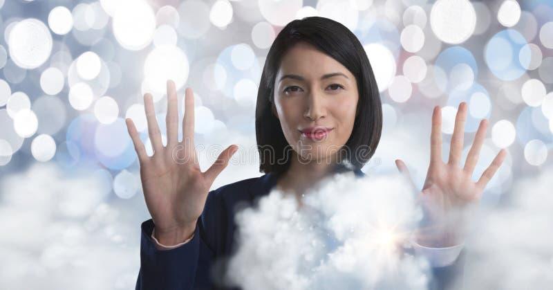 Moln som omger rörande luft för affärskvinnan av, mousserar framme royaltyfria foton