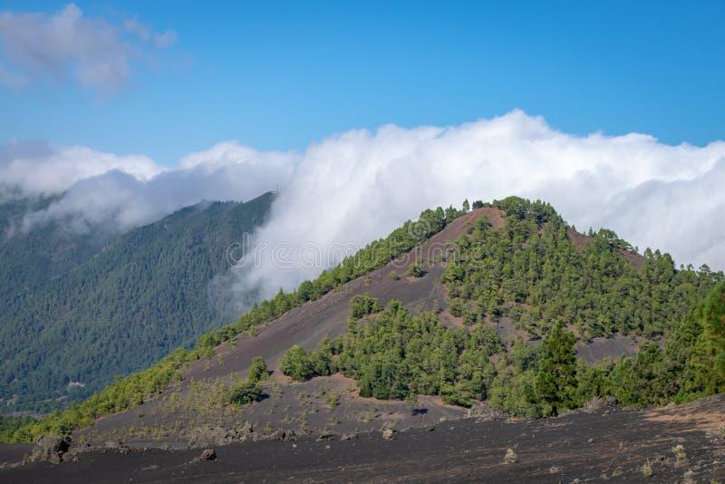 Moln som rullar över den vulkaniska tryckvågkraterkanten på Llanos del Jable, La Palma, kanariefågelöar, Spanien royaltyfria foton