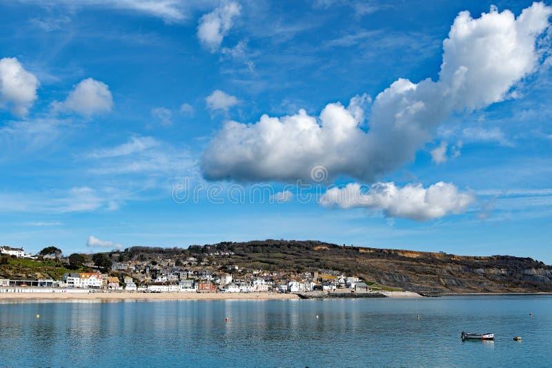 Moln som samlar över staden av Lyme Regis royaltyfri fotografi
