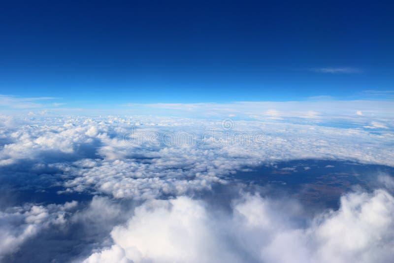 Moln som ses från den plana bakgrunden för himmelsolskennaturen, slösar royaltyfri bild